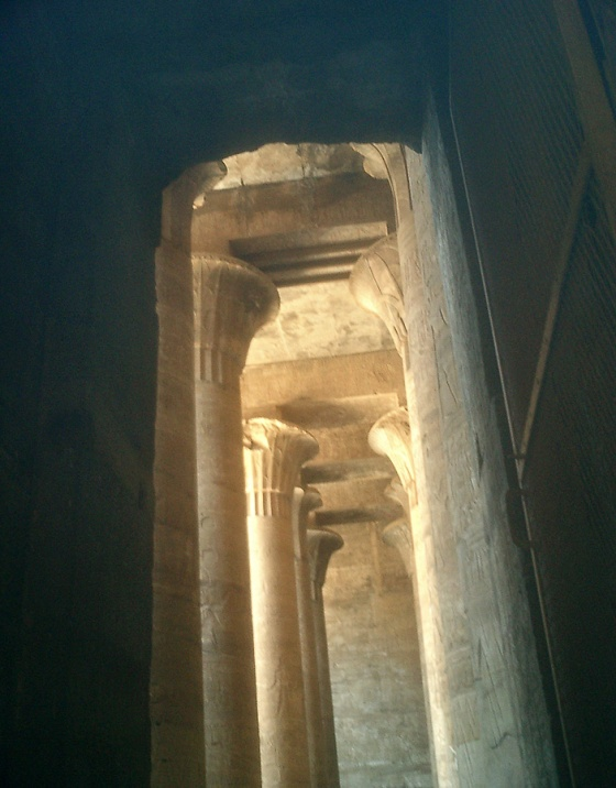 travel-photo-egypt-nile-cruise-photos-by-david-j-rodger edfu temple pillars