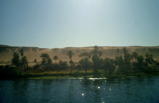 travel-photo-egypt-nile-cruise-photos-by-david-j-rodger narrow fertile strip along the nile with sahara pressing in