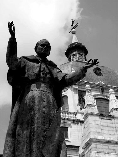 travel-journal-photograph-madrid-spain-statue-of-the-pope