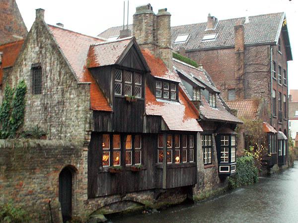 travel-photo-bruges-medieval-structures-on-river