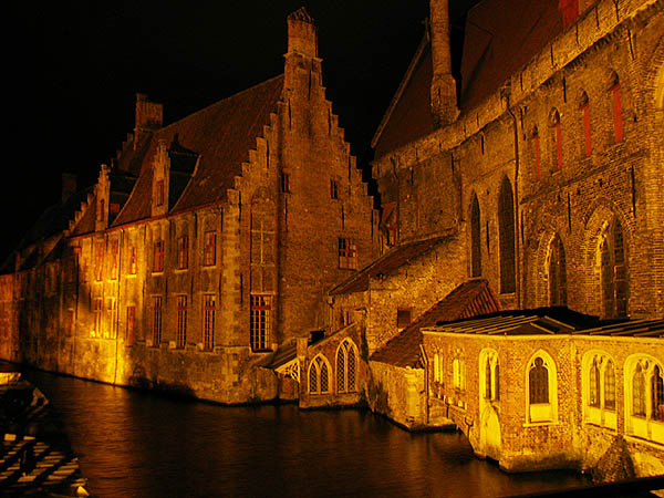 travel-photo-bruges-the-river-at-night