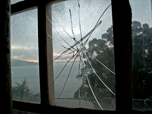 san-francisco-alcatraz-broken-window
