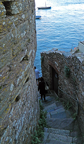 Dartmouth sliced through with steep and narrow passageways of ancient stone and cobbles