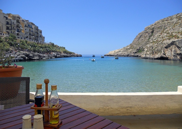 Malta Gozo xlendi - lunch by the shore