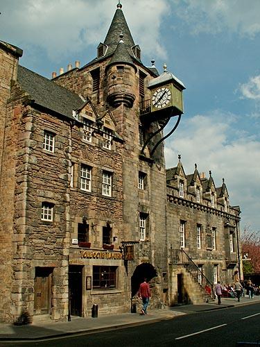 edinburgh-scotland-a-17th-century-building
