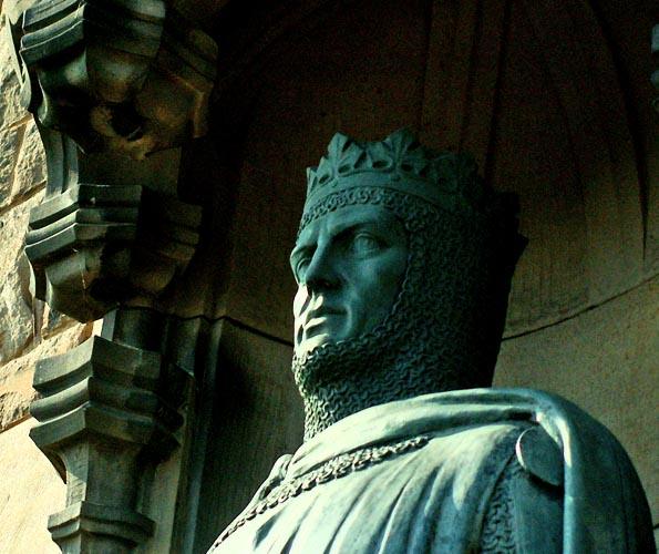 edinburgh-scotland-statue-of-a-medieval-king