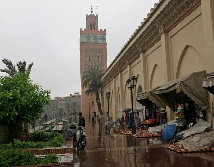 Marrakech in the rain - street scene outside Saadian tombs